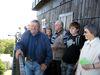 Wanderer genießen die tolle Rundsicht auf dem Aussichtsturm am Cerchov