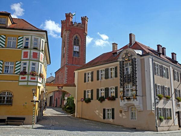 Glockenspiel (am rechten Gebäude) und Stadtturm in der Drachenstichstadt Furth im Wald