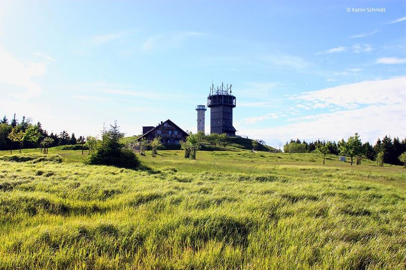 Blick auf den Schneekopfturm und die Neue Gehlberger Hütte