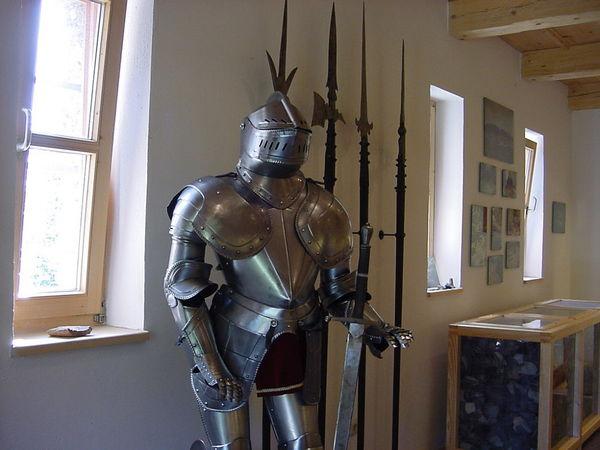 Ritterrüstung und Waffen im Burgmueseum Altnußberg bei Geiersthal