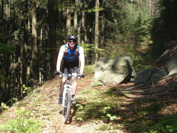 Mountainbiker auf einem Waldweg bei Gotteszell im Feriengebiet Teisnachtal - Bayerischer Wald