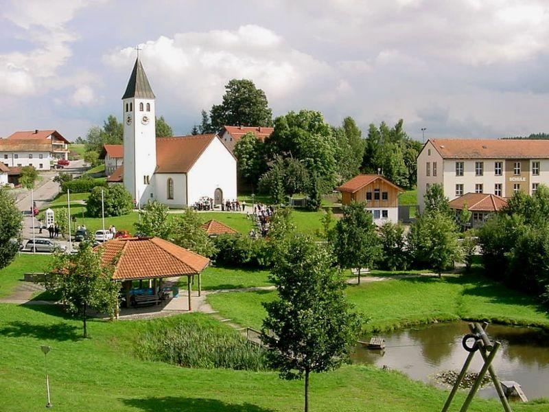 Blick auf die Filialkirche im Ortszentrum von Geiersthal im ArberLand Bayerischer Wald