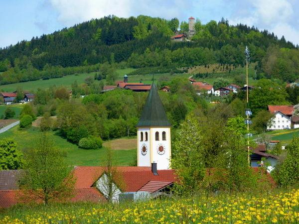Eingebettet in einen stillen Talkessel liegt der staatlich anerkannte Erholungsort Geiersthal, bestehend aus 32 kleineren Ortschaften.