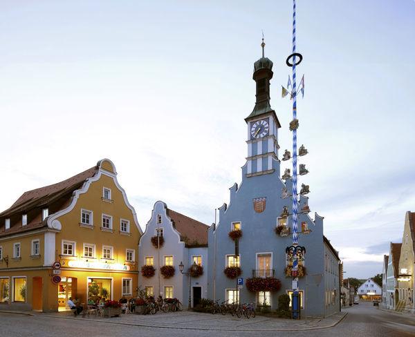Historisches Rathaus aus dem Jahr 1525 am Stadtplatz mit Uhrturm