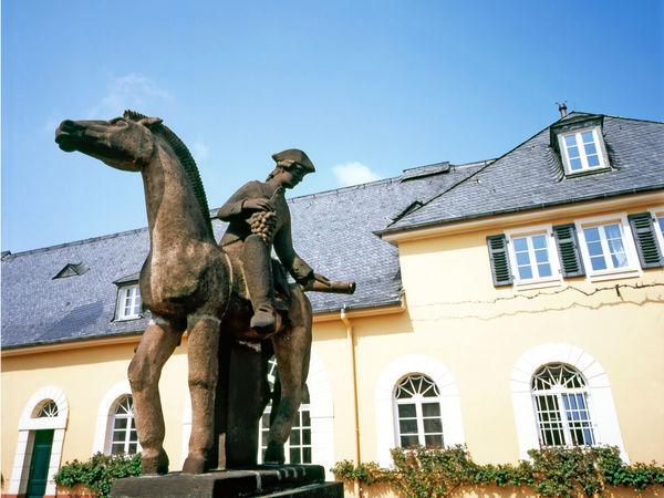 Reiter vor Schloss Johannisberg