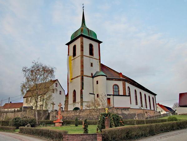 Kirche St. Martin mit Kreuzigungsgruppe