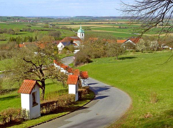 Kreuzweg Medelsheim mit Blick auf St. Martin