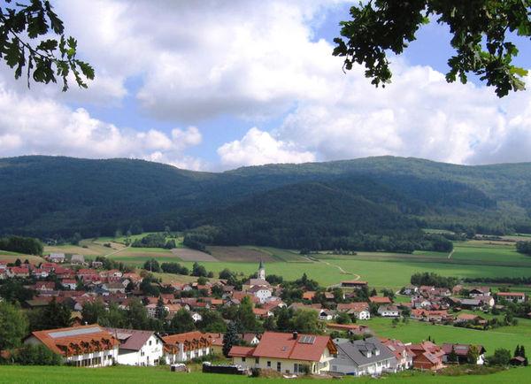 Der staatlich anerkannte Erholungsort Gleißenberg liegt, umgeben von einer Bergkette des Bayerischen Waldes in einem nur nach Süden offenen Talkessel.