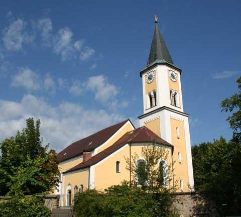 Blick auf die Pfarrkirche in Gleißenberg im Naturpark Oberer Bayerischer Wald