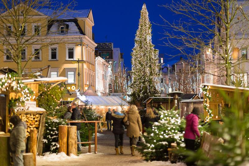 Hell erleuchteter Weihnachtsbaum auf dem Göppinger Marktplatz