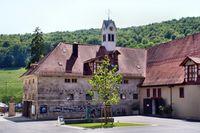 Der historische Innenhof des Gestütshofs Marbach mit dem Stutenbrunnen und dem Engländerstall