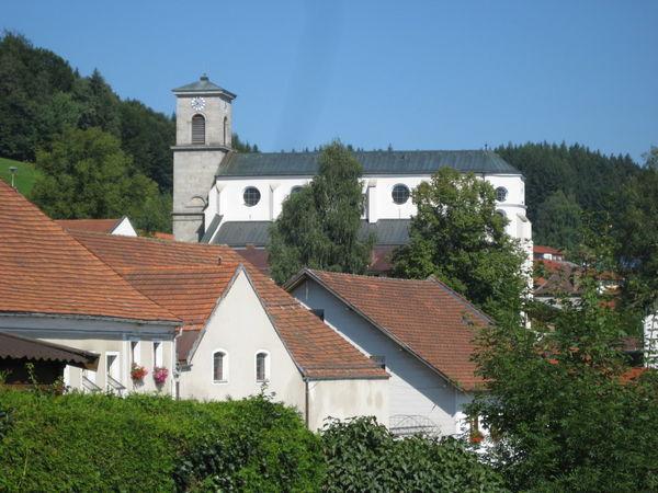Blick auf die Pfarrkirche in Gotteszell im Teisnachtal Bayerischer Wald
