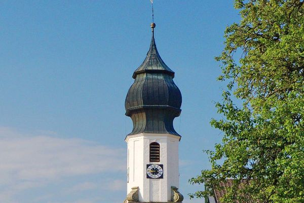 Blick auf Kirchturmsspitze in Erlstätt