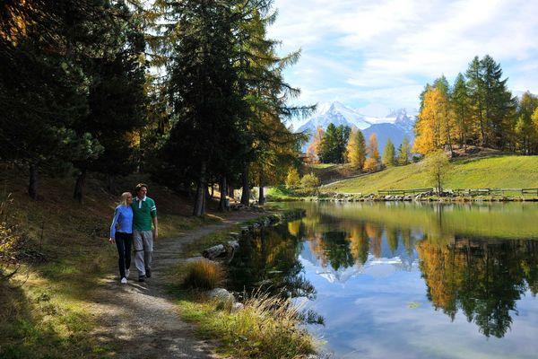 Paar spaziert am Grächner See