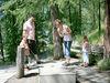 Familie beim Minigolf im Robi's Waldspielplatz