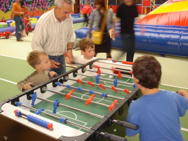 Familienspaß beim Kickern im Funpark BABALU in Grafenau