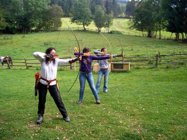 Kursteilnehmer beim Bogenschiessen im Bogenschop Binder in Neudorf bei Grafenau