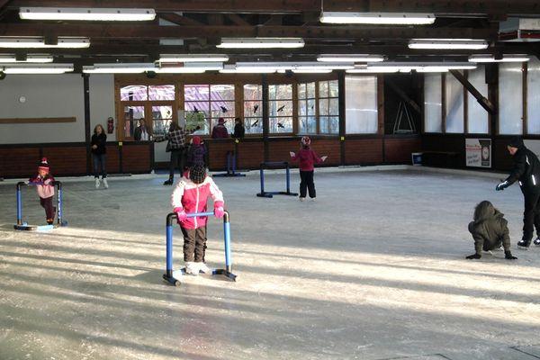 Eislaufspaß für jung und alt bietet die Eishalle Grafenau im Bayerischen Wald