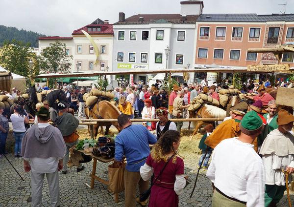 Das historische Salzsäumerfest in Grafenau mit Markttreiben am Stadtplatz