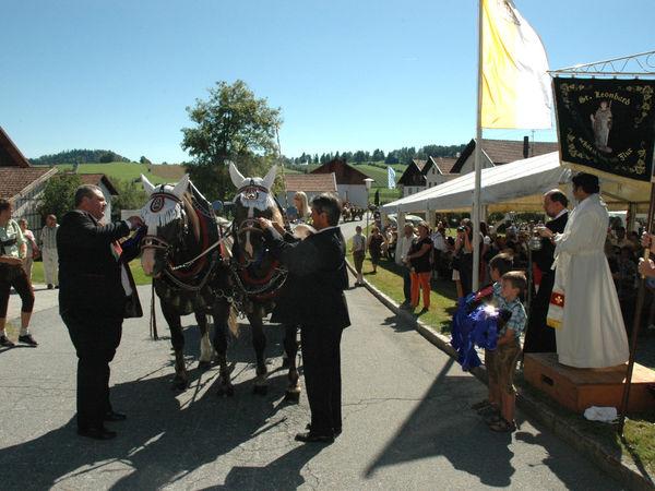 Übergabe der Erinnerungsbänder beim Leonhardi-Ritt in Grafenau