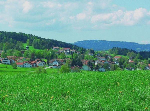 Der staatlich anerkannte Erholungsort Grafenwiesen (410-610 m) mit den Ortsteilen: Berghäuser, Englmühle, Feßmannsdorf, Haiberg, Matheshof, Schönbuchen, Thürnhofen, Voggendorf, Watzlhof und Zittenhof liegt weit ab vom Massentourimus im Bayerischen Wald.