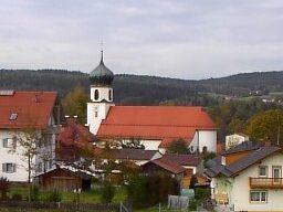 Blick auf die Pfarrkirche in Grafenwiesen
