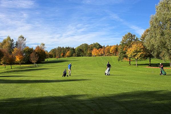 Golfer auf der Golfanlage Schloss Elking.