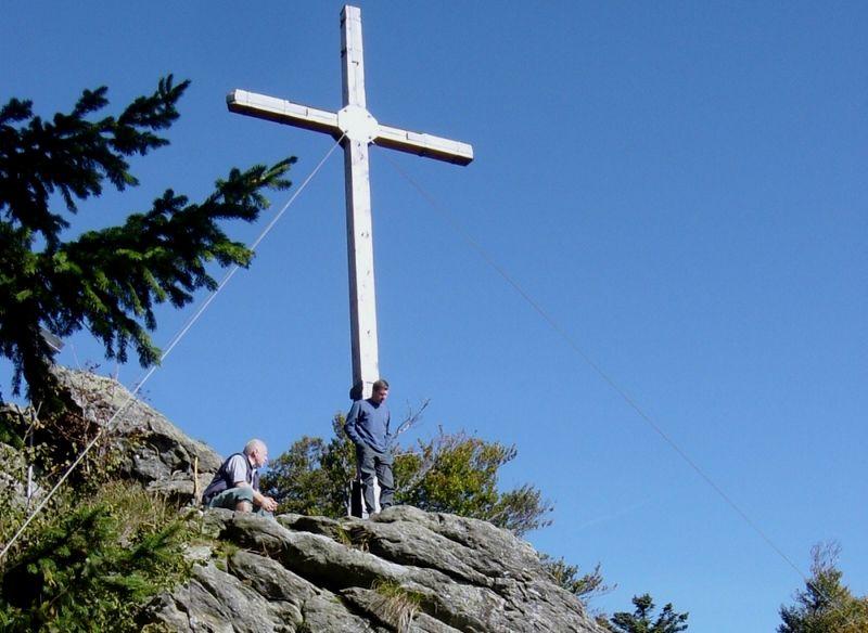 Gipfelkreuz am Dreitannenriegel bei Deggendorf beim Anstieg