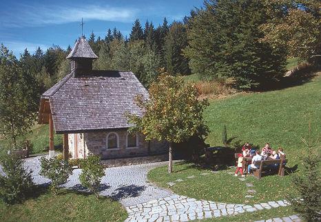 Wanderer bei der Kapelle in Obergrainet