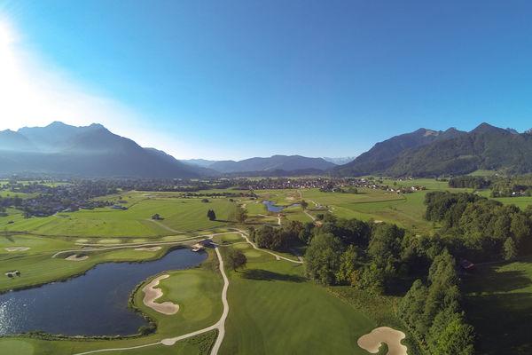 Blick auf den Golfplatz mit wunderschönem Bergpanorama