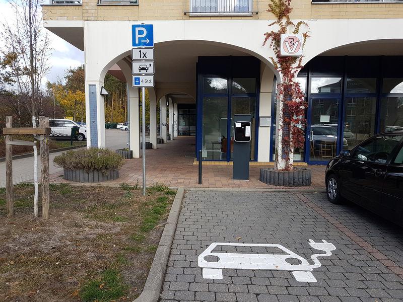 Stromtankstelle am Marktplatz in Grünheide (Mark), Foto: Tourist-Information Grünheide (Mark)/Patrick Quiel