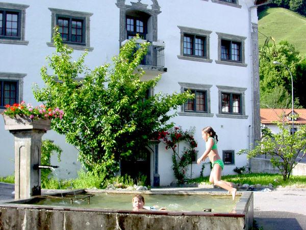 Der kühlen Dorfbrunnen dient manchmal als Badi