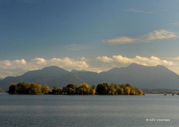 Blick auf die Fraueninsel mit herrlicher Bergkette im Hintergrund.