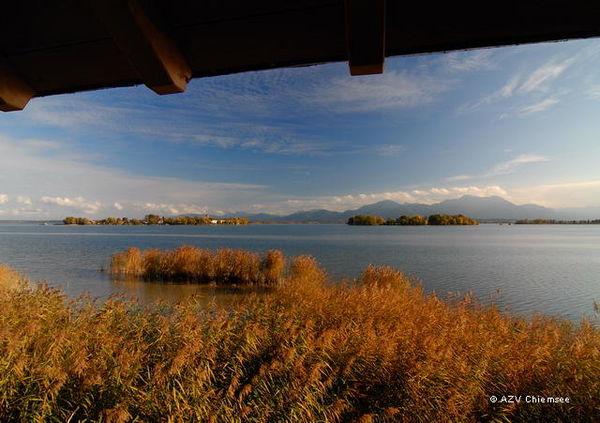 Herbstlicher Ausblick auf die Inseln des Chiemsees vom Turm.