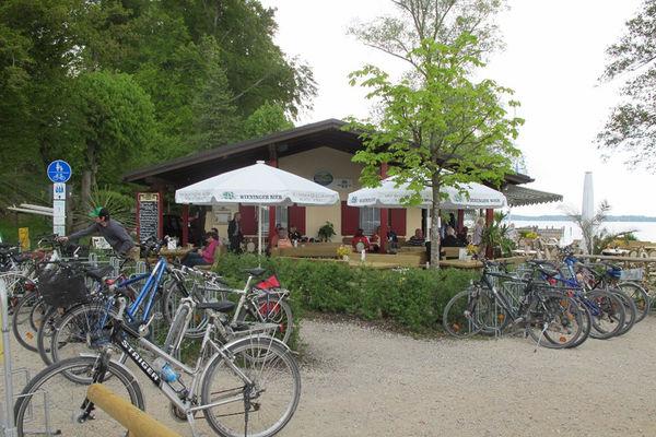 Räder am Kiosk des Strandbades  Gollenshausen am Chiemsee.