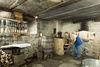 An verschiedenen Tagen während der Saison können die Besucher des Schwarzwälder Freilichtmuseums Vogtsbauernhof bei der Schnapsbrennerin im Back- und Brennhäusle hautnah erleben, wie einst Schnaps gebrannt wurde.
