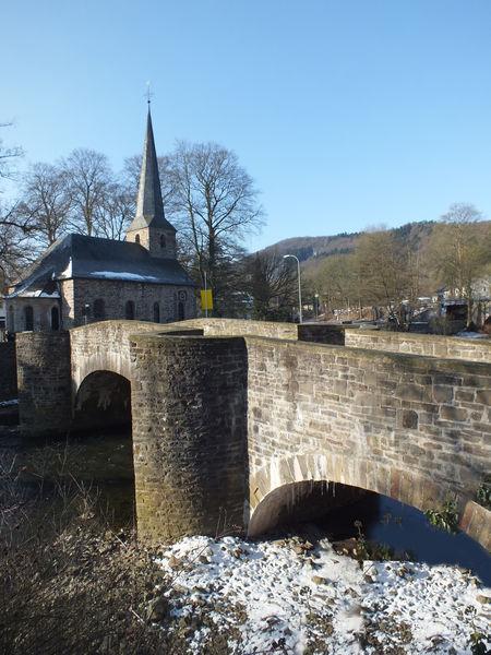 Brücke und Kirche in Dahl (Foto: Karl-Heinz Böhm)