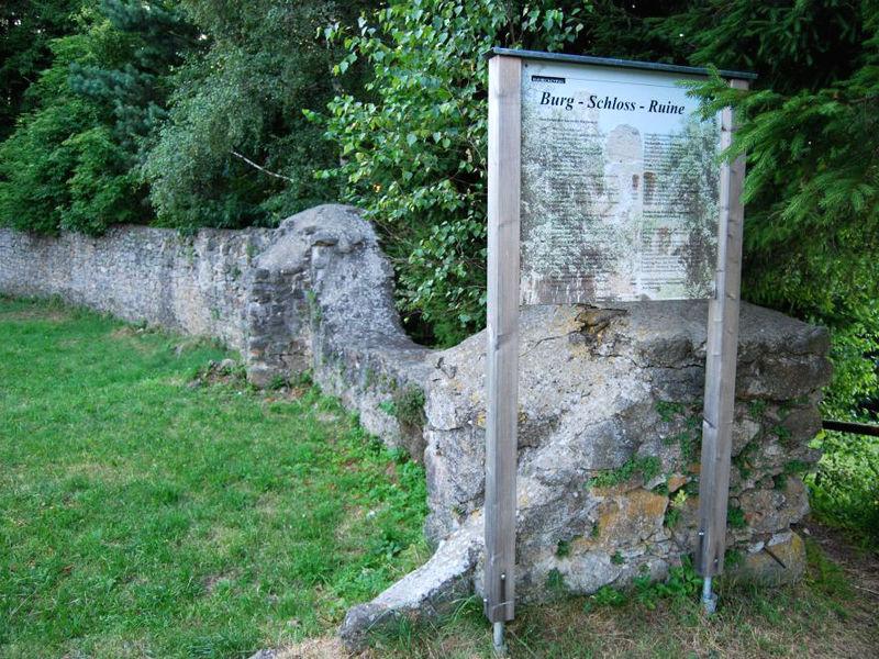 Infotafel bei den Mauerresten der Burgruine Haibach auf dem Hofberg