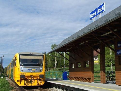 Diesel-Triebwagen im Bahnhof Nove Udoli in der Nähe von Haidmühle