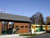 Gebäude und Triebwagen am Bahnhof Nove Udoli