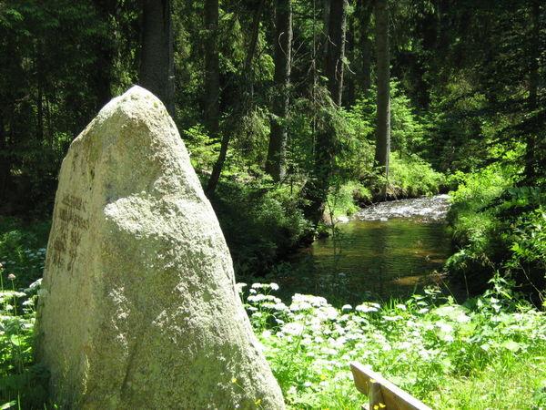Gedenkstein beim Zusammenfluss der Quellbäche zur Kalten Moldau