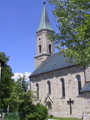 Blick auf die Pfarrkirche ST. VALENTIN in Bischofsreut