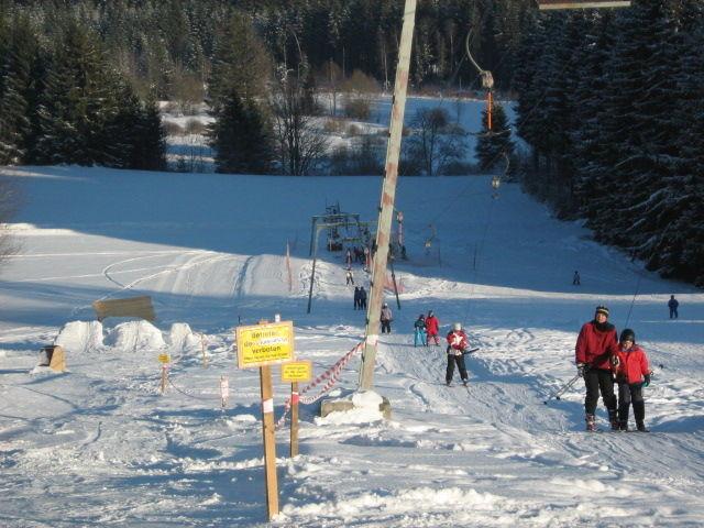 Skifahrer und Snowboarder mit dem Schlepplift in Bischofsreut zum Abfahrtsstart