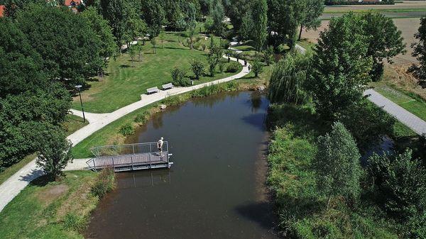 Aussichtsbrücke im Goldachpark in Hallbergmoos