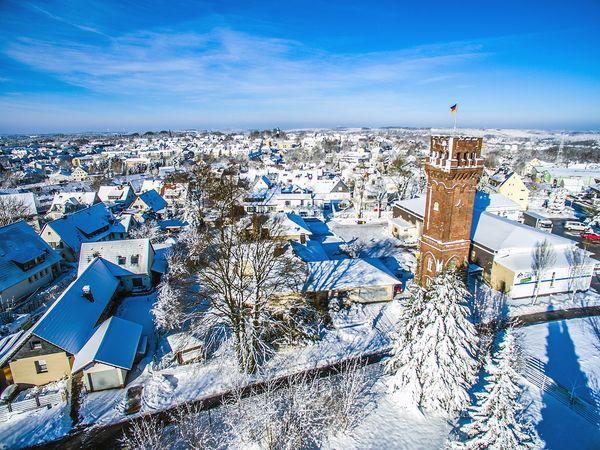 Der Aussichtsturm im Winter mit Stadtpanorama