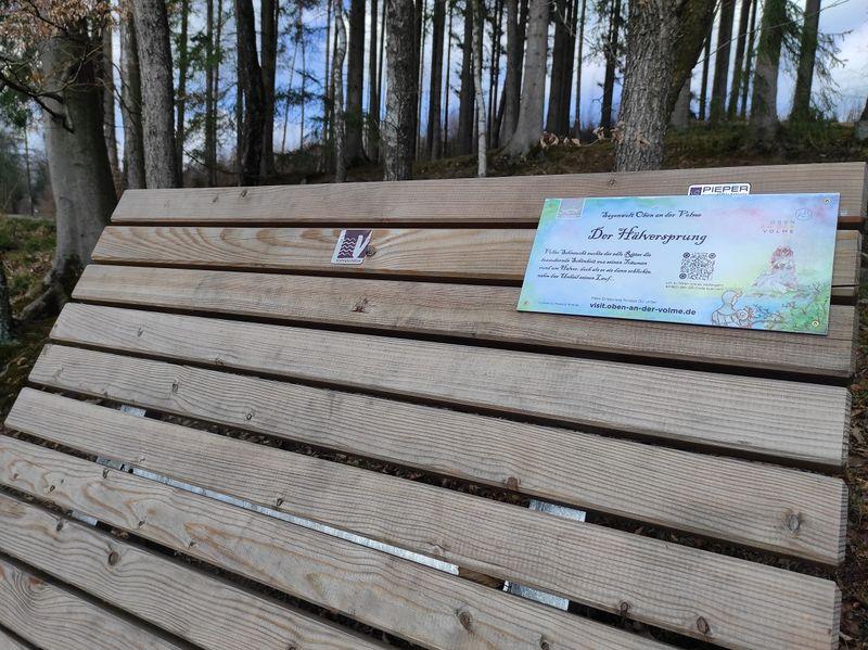 Das Waldsofa mit der Sagenplakette
