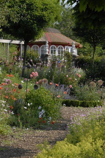Blickfang im Garten - Der rote Pavillion