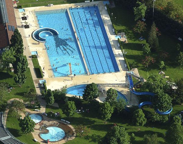 Die Großen Becken des Haslacher Schwimmbads aus der Vogelperspektive