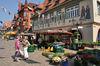 Wochenmarktstand samstags vor dem historischen Rathaus