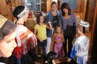 Besucher im Schwarzwälder Trachtenmuseum vor der Vitrine mit der Kinzigtäler Tracht